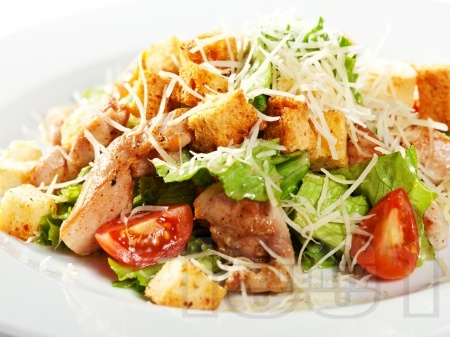 Зелена салата с пиле, чери домати, сирене пармезан и крутони - снимка на рецептата